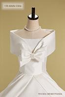幅広のケープ胸元のリボンでキュートな印象を残すウェディングドレス