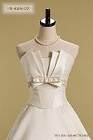 Canta Bella シャープなカッティングと光沢のあるアイボリーの色味が洗練された印象を残すウェディングドレス