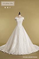張りのある生地に、華奢なカットレースのデザインがクラシカルなウェディングドレス
