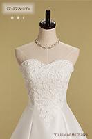 張りのある生地に細かい刺繍が施されたビスチェタイプのウェディングドレス