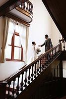 旧古河邸洋館の階段で新婦様をエスコートする新郎様