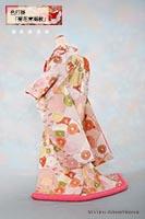 無限の海の広がりを意味する青海波紋と吉祥柄の菊花があしらわれた、白や橙の入った薄桃の色打掛