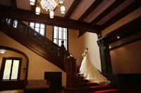 旧前田侯爵邸洋館のステンドグラスを背景にフォトウェディング撮影