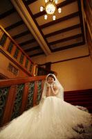 階段に座るお姫様のような新婦様