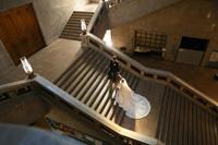 トレーンの長いドレスは大階段の撮影にぴったりな洋装スタイル