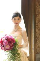 ドレス姿でもとても映えるラウンドキャスケード型の生花ブーケ