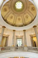表慶館を代表する陰影を用いて描かれた立体的な天井画