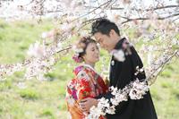 桜と一緒にニコニコ笑顔の新郎新婦様