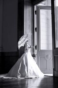 西洋の貴族を彷彿させるような日傘を持ったドレス姿の新婦様