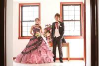 ボリュームのあるフリルが特徴のピンクのカラードレスでチャペルウェディング