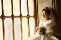 東京国立博物館のステンドグラスの前でウェディングドレスを着た新婦様