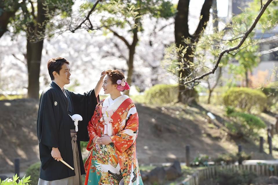 赤から緑のグラデーションが特徴の色打掛、日本庭園の撮影でも映えるお着物