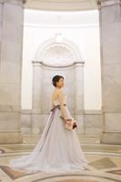 淡いパープル色のウェディングドレスは表慶館のイメージともマッチ