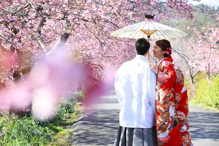 番傘を使ってポーズをとる新郎新婦