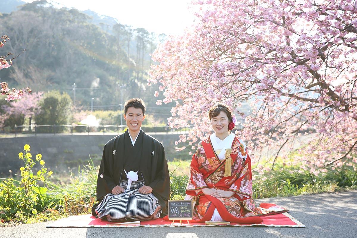 南伊豆の河津桜で正座にポーズを撮る新郎新婦