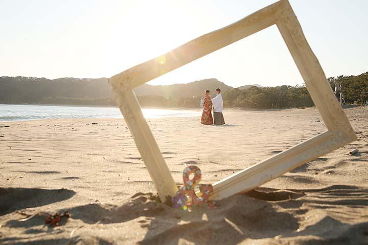 伊豆の海ロケで額縁を使った前撮りポーズ