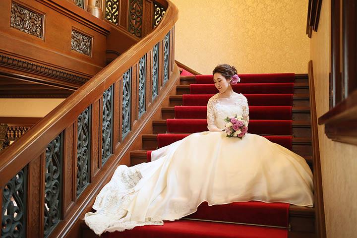 旧前田侯爵邸の赤絨毯の階段で前撮りロケーション