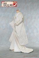 縄文時代からの長い歴史がある菱文様に、枝垂れ桜と飛び交う鳳凰を配した白無垢