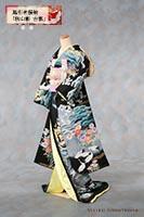 友禅作家・秋山章による梅菊菖蒲などの花々の中に鶴が配置された華やかな中にも落ち着きのある黒地に青の黒引き振袖