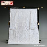 「鳴る」が「成る」に通じる鼓に、吉祥柄である牡丹や菊、舞い飛ぶ鶴を刺繍した縁起の良い白無垢