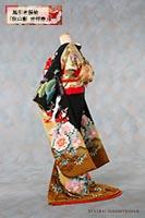 友禅作家・秋山章による松竹梅や藤牡丹鶴などを随所に染め抜いた、縁起の良い黒引き振袖