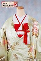 幸福や富喜を示す瑞花・牡丹を金箔で華やかに彩った、薄緑色の上品な色打掛に、赤の小物を合わせて